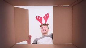 Chłopiec otwarcia karton zbiory