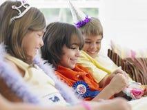 Chłopiec otwarcia prezent Z gościami Przy przyjęciem Obrazy Royalty Free