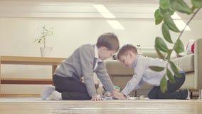 Chłopiec otwiera zabawkę i nalewa out cukierki zbiory wideo