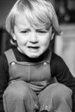 Chłopiec Płacze Samotnego czarny i biały wizerunek Zdjęcie Royalty Free