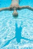 Chłopiec pływań twarzy puszek obraz royalty free