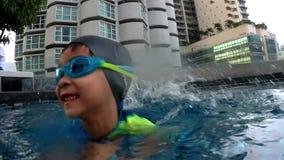 Chłopiec pływa z podwodnym stopa strzałem zdjęcie wideo