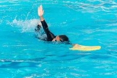 Chłopiec pływają w basenie obrazy royalty free