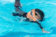 Chłopiec pływają w basenie zdjęcia royalty free