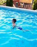 Chłopiec pływania żabka w pływackim basenie fotografia royalty free