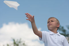 chłopiec papieru samolot Obrazy Stock