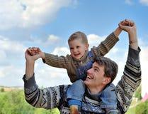 chłopiec pary mężczyzna bawić się potomstwa zdjęcia stock