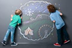 Chłopiec patrzeją w funfair świat zdjęcia stock