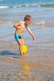 Chłopiec patrzeje dla dennych skorup fotografia royalty free