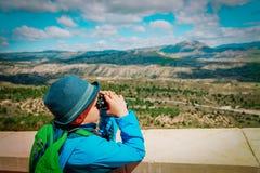 Chłopiec patrzeje przez obuocznego na podróży w naturze obraz royalty free