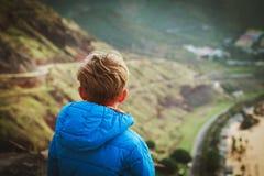 Chłopiec patrzeje scenicznego widok podczas gdy podróż obraz royalty free