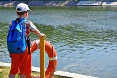 Chłopiec patrzeje zamyślenie strona przeciwna zdjęcia stock