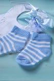 Chłopiec pepiniery błękitne i białe skarpety, śliniaczek - vertical obraz royalty free