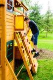 Chłopiec pięcia skały ściany domek do zabaw Obrazy Stock