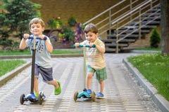 Chłopiec pięcie na drewnianym boisku w arkana parku Dzieciak sztuki outdoors ciepły pogodny letni dzień Zdjęcia Royalty Free