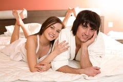 chłopiec piękna łóżkowa dziewczyna fotografia royalty free