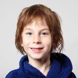 Chłopiec piękna po prysznic w błękitnym bathrobe z mokrym włosy zdjęcie royalty free