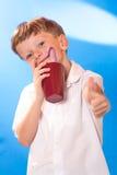 Chłopiec pił napój tubule obrazy royalty free