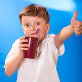 Chłopiec pił napój tubule zdjęcia royalty free