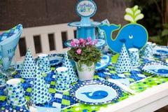 Chłopiec pierwszy przyjęcie urodzinowe - plenerowy stołu set fotografia stock