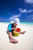 Chłopiec pije koks wodę na tropikalnej wyspy plaży Obraz Royalty Free