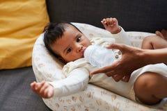 Chłopiec pije od dziecko butelki obraz royalty free