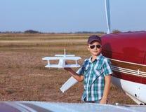 Chłopiec pilot z handmade samolotem Fotografia Stock