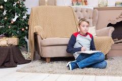 Chłopiec pisze liście Święty Mikołaj zdjęcia royalty free