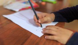 Chłopiec pisze piórze na prześcieradle papier obrazy royalty free