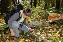 Chłopiec położenia ogień z target139_0_ - szkło Zdjęcia Stock