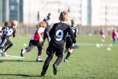 Chłopiec podczas meczu piłkarskiego obrazy royalty free