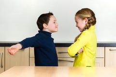 Chłopiec podesłania ręki szerokie ściskać dziewczyny fotografia stock