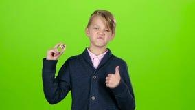 Chłopiec podnosi jego rękę i pokazuje układ scalonego na zieleń ekranie swobodny ruch zbiory wideo