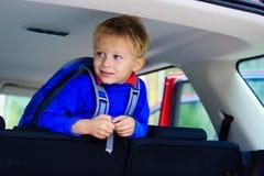 Chłopiec podróż samochodem, rodzinna turystyka Obrazy Royalty Free