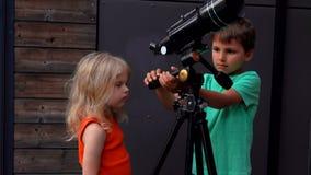 Chłopiec pokazuje dziewczynie teleskop zbiory