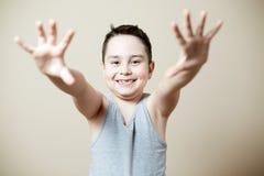 Chłopiec pokazuje jego odmienianie zęby obraz stock