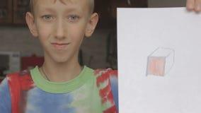 Chłopiec pokazuje obrazek sześcian zdjęcie wideo