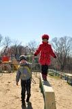 Chłopiec pomaga dziewczyny przechodzić dalej belę Zdjęcia Stock