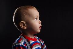 Chłopiec portret na ciemnym tle zdjęcia royalty free