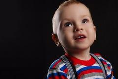 Chłopiec portret na ciemnym tle zdjęcie stock