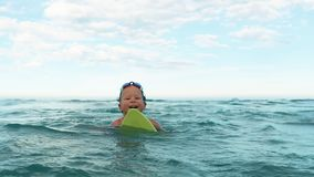 Chłopiec próby łapać fala z pływanie deski zwolnionym tempem zdjęcie wideo