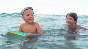 Chłopiec próby łapać fala z pływanie deski zwolnionym tempem zbiory