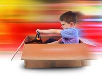 Chłopiec prędkości jeżdżenie w Pudełkowatym samochodzie Fotografia Royalty Free