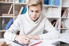 chłopiec pracę domową nastoletnią obraz royalty free