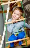 Preschool chłopiec robi ćwiczeniom na gym ściennych barach zdjęcia royalty free