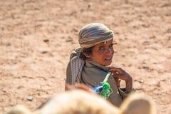 Chłopiec prowadzi wielbłąda na pustyni blisko Hurghada, Egipt Fotografia Stock