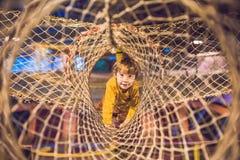 Chłopiec przechodzi przeszkoda kurs w klubie sportowym zdjęcia royalty free