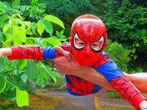 Chłopiec przedstawia kreskówka bohatera czlowiek-pająk fotografia stock