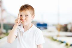 Chłopiec przedstawienia emocje przy parkowym tłem z światłem Obraz Stock