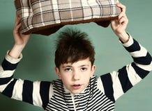Chłopiec przedstawienia fizycznego eksperymentu magnesowy włosy zdjęcia stock